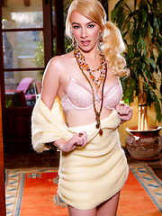 November treat Penelope Lynn spreads her legs and plays with her pussy